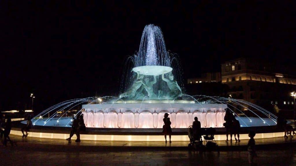 fontanna nocą